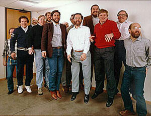 Шуточная фотография 13 основателей Autodesk Inc. Слева направо: Rudolf Kunzli, Mike Ford, Dan Drake, Mauri Laitinen, Greg Lutz, David Kalish, Lars Moureau, Richard Handyside, Kern Sibbald, Hal Royaltey, Duff Kurland, John Walker, Keith Marcelius