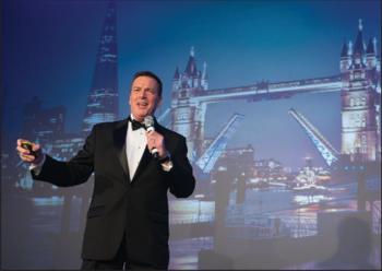 Крис Барон, вице-президент Bentley по корпоративному маркетингу, исполняет песню на церемонии награждения победителей конкурса Be Inspired Award