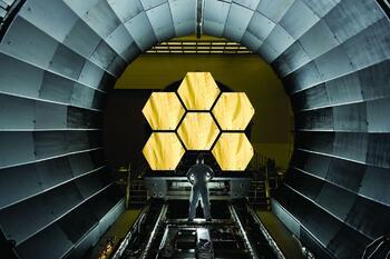 Первичные сегменты зеркала, подготовленные к началу окончательного криогенного тестирования в Центре космических полетов имени Маршалла (NASA)
