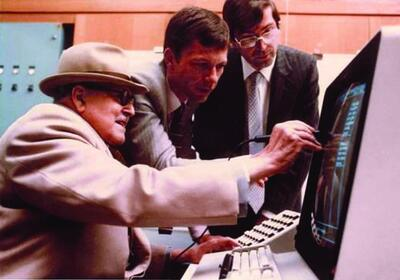 Рис. 11. Авиаконструктор Марсель Дассо (слева) знакомится с ранним вариантом программы CATIA. Справа – Франсис Бернар (1980 г.)