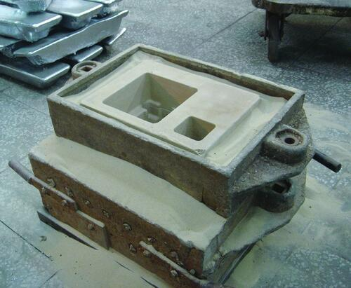 Рис. 12. Для безопасности модель помещена в металлическую опоку и засыпана песком