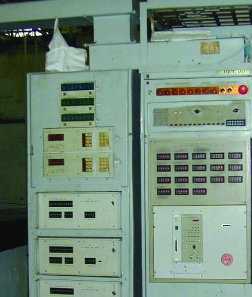Рис. 13. Устройство ЧПУ «Луч 33» фрезерного станка ФП-7CМН3, оснащенное электронным считывающим записывающим устройством (ЭСЗУ) производства фирмы «АЗиК» (ДНПП, 2001 г.)
