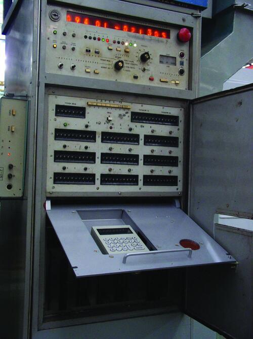 Рис. 17. Установка ЭСЗУ-К на откидной панели устройства ЧПУ модели Н221М станка 16К30Ф325 (2003 г.)