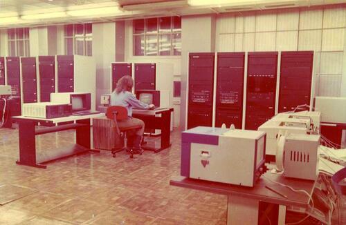Рис. 20. Гибкий производственный комплекс и управляющий вычислительный комплекс на базе двух ЭВМ СМ-2М (1989 г.)