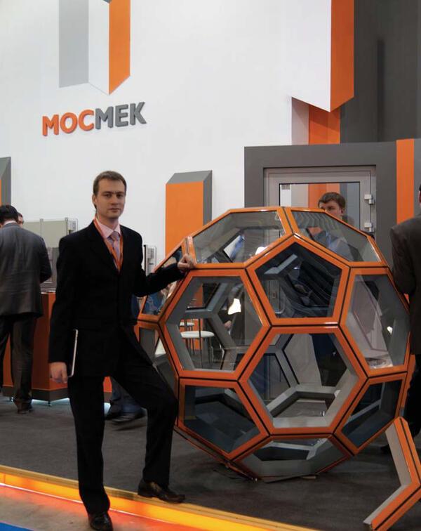 Автор проекта Артем Староверов на стенде МОСМЕК&инжиниринг, выставка Мосбилд