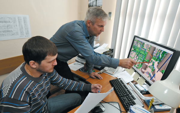 Главный специалист Сергей Лозовенко (справа) и ведущий специалист Владимир Лебедев из отдела технического сопровождения проектной деятельности