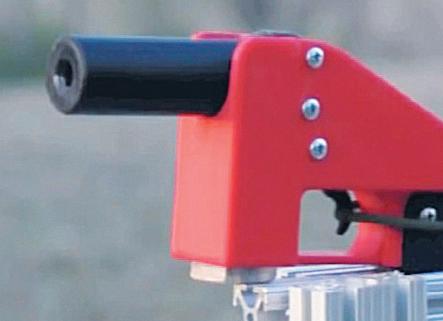 Первые испытания пистолета. Спусковой механизм приводится в действие дистанционно
