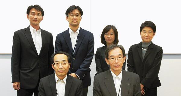 Первый ряд: генеральный директор Хироши Миягава (Hiroshi Miyagawa), генеральный директор Ацуши Мотоя (Atsushi Motoya) Второй ряд: начальники отделов Хаджиме Вада (Hajime Wada), Джан Накаджима (Jun Nakajima), Эико Наказава (Eiko Nakazawa), Акеми Урата (Akemi Urata) Головной офис компании Obayashi, департамент строительства, PD-центр (Planning and Design Center)