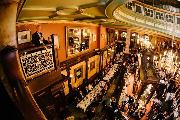 Торжественный ужин для финалистов и представителей прессы в одном из старейших английских пабов