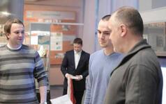 Ку ратор проекта СКБ Антон Сажин (слева) поздравляет призера Олимпиады Сергея Клепчу
